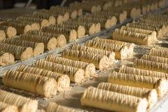 Rolls mit Schokolade glazings bereitete sich für das Verpacken in den Kästen vor lizenzfreie stockfotografie