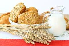 Rolls och korn med kopp f mjölkar Arkivfoton