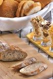 Rolls, pães cortados, cereal na tabela do serviço do café da manhã fotos de stock royalty free
