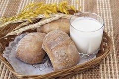 Rolls, pain et une glace de lait Image libre de droits