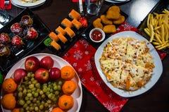 Rolls, Pizza, Früchte und viele anderen Nahrungsmittel auf dem Tisch in einem Café stockfoto