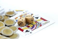 Rolls que un de madera corta en cuadritos con las monedas y la tarjeta del juego Foto de archivo libre de regalías