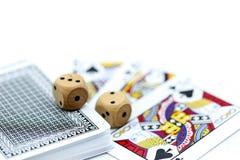 Rolls que un de madera corta en cuadritos con las monedas y la tarjeta del juego Imágenes de archivo libres de regalías