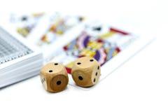 Rolls que un de madera corta en cuadritos con las monedas y la tarjeta del juego Imagen de archivo libre de regalías