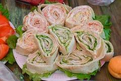 Rolls rellenó con las hierbas y la salsa en la tabla por un día de fiesta imagen de archivo