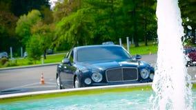 Rolls Royce alla fontana video d archivio