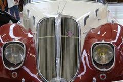 Rolls Royce authentique de musée, vue de face avec le plan rapproché sur des phares avant et balustrade du ventilateur Images stock