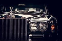 Rolls Royce - automobile britannica classica su fondo nero, primo piano Immagine Stock Libera da Diritti