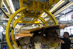 Rolls Royce bilar står på produktionslinje i den Goodwood fabriken Royaltyfri Foto