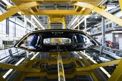 Rolls Royce bilar står på produktionslinje i den Goodwood fabriken Arkivfoton