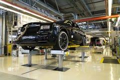 Rolls Royce bilar står på produktionslinje i den Goodwood fabriken Arkivfoto