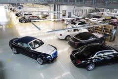 Rolls Royce bilar står på produktionslinje i den Goodwood fabriken Royaltyfria Bilder