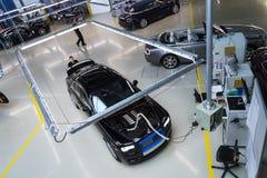 Rolls Royce bilar står på produktionslinje i den Goodwood fabriken Arkivbilder