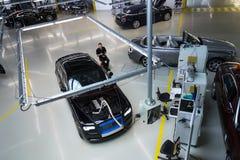 Rolls Royce bilar står på produktionslinje i den Goodwood fabriken Royaltyfria Foton