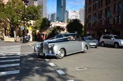 Rolls Royce dans les rues de la vieille partie des roches sydney Image libre de droits