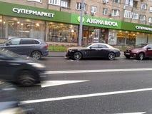 Rolls Royce en la calle de Moscú, al lado del ` ABC de la tienda del ` del gusto Imágenes de archivo libres de regalías