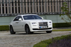 Rolls Royce Ghost devant l'usine de Goodwood le 11 août 2016 dans Westhampnett, Royaume-Uni Photos stock
