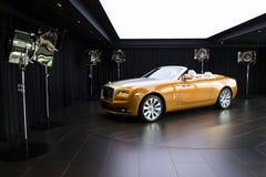 Rolls Royce gryning står i visningslokal på den Goodwood bilfabriken Arkivbild