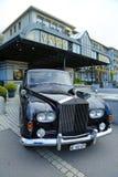 Rolls Royce lyxig bil framme av historiska Victoria Jungfrau Grand Hotel och Spa Arkivbilder