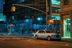 Rolls-Royce Phantom VII, een full-sized de sedanauto van de luxezaal op de nachtstraat wordt geparkeerd in de Stad die van New Yo royalty-vrije stock fotografie