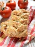 Rolls som är välfylld med tomater och ost Arkivfoto