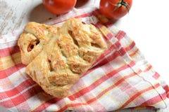 Rolls som är välfylld med tomater och ost Arkivfoton
