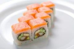 Rolls sul piatto bianco Cucina giapponese Immagine Stock