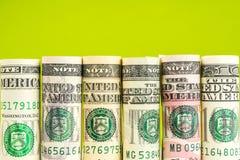 Rolls von amerikanischen Dollarbanknoten in einer Reihe Stockfotos