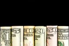 Rolls von amerikanischen Dollarbanknoten in einer Reihe Lizenzfreie Stockfotos