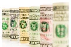 Rolls von amerikanischen Dollarbanknoten in einer Reihe Stockfoto