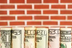 Rolls von amerikanischen Dollarbanknoten in einer Reihe Lizenzfreie Stockfotografie