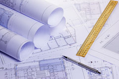 Rolls von Architekturhausplänen Stockfoto