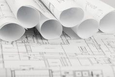 Rolls von Architekturplan- und -hausplänen Stockbilder