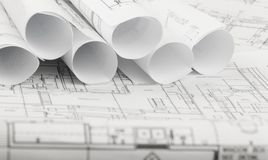 Rolls von Architekturplan- und -hausplänen stockfotos