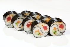 Rolls Yin Yang lax, tonfisk, gurka, kryddasås royaltyfri bild