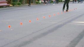 Rollschuhe im Stadtpark stock video