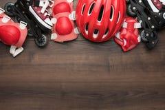 Rollschuhe und Schutz stockfoto
