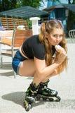 Rollschuhfrau, die Eiscreme isst stockfotos