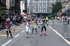 Rollschuhrennen - kleine Mädchen lizenzfreies stockfoto