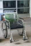 Rollstühle zu den Behindertern in einem Raum mit konkretem Boden stockfotografie