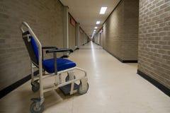 Rollstuhl in einem leeren NHS Krankenhausflur Lizenzfreie Stockfotos