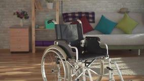 Rollstuhl in einer modernen Wohnung stock video footage