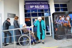 Rollstuhl am Eingang zum Wahllokal Stockfotografie