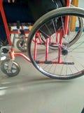 Rollstuhl für das ältere oder das krank stockfotografie