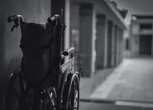 Rollstuhl gefaltet neben der Wand Traurige Nachrichten am Krankenhauskonzept Krise mit Alterngesellschaft Einsamer leerer Rollstu stockfotografie