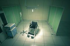 Rollstuhl im Krankenhauszimmer Stockfotografie