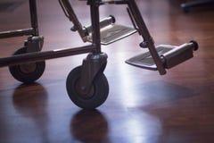 Rollstuhl im Schattenbild der Krankenhausklinik halb Stockfotografie