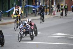 Rollstuhl-Konkurrenten-und der Fahrrad-Führer-NYC Marathon Stockbild