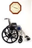 Rollstuhl und Borduhr Stockfotografie