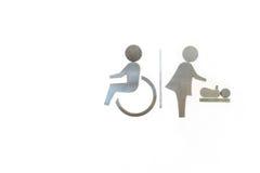 Rollstuhl und Frauen mit Baby, änderndes Windeltoiletten-Metallsi Stockbild
